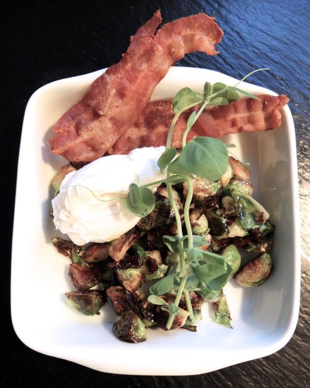 Rosenkål, pocheret æg og bacon
