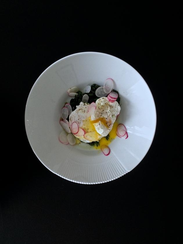 Smørstegt spinat og porcheret æg